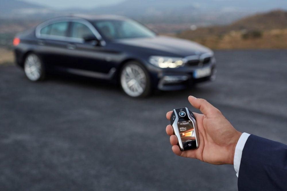 Интерактивный ключ BMW Display Key - это последнее слово техники. Оснащенный LCD тачскрином он обеспечивает удаленный контроль автомобиля с радиусом действия до 980 футов (300 метров).