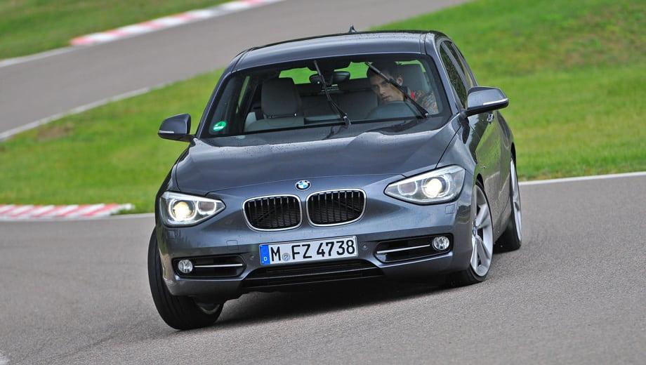 Как и другие автомобили BMW, «единичка» не любит крутые повороты и упирается на входе изо всех сил, сильно кренясь. Зато в ходовых виражах или на торможении она совсем не прочь стать бочком, а система стабилизации в наиболее демократичном режиме Sport+ ненавязчиво удерживает вас в рамках дозволенного.