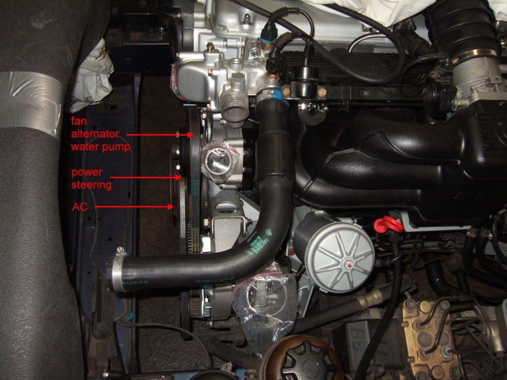 Замена приводных ремней на BMW 5 E34. Вид сбоку на все клиновые ремни (за исключением кондиционера). Ближний к двигателю - ремень вентилятора, помпы и генератора. Средний отвечает за насос гидроусилителя руля, а дальний от двигателя – за компрессор кондиционера.