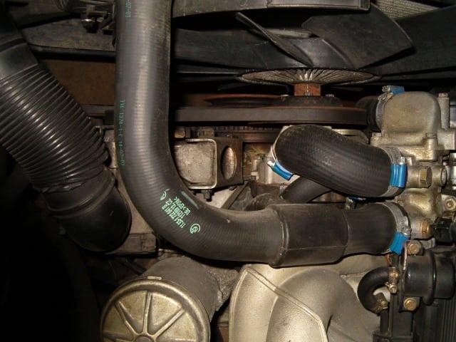 Замена приводных ремней на BMW 5 E34. Фото 9: Механизм регулировки зубчатой рейки (с 19-миллиметровым шестигранником для натяжения шестерни) для клинового ремня водяного насоса.
