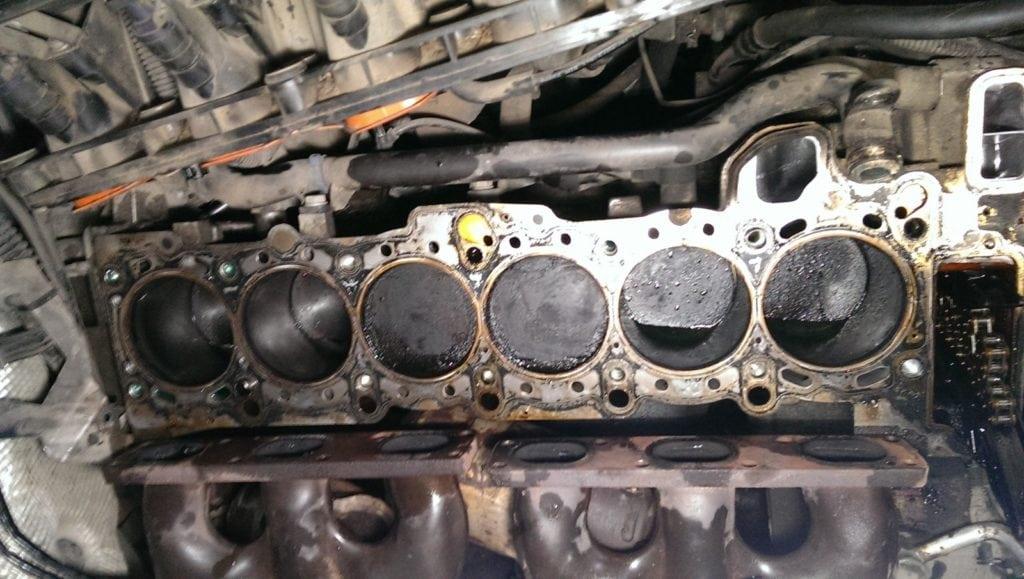 BMW M54 до ремонта. Спустя 11 лет эксплуатации это первый ремонт двигателя. Двигатель стал кушать слишком много масла. Фото: stolica-atc.ru