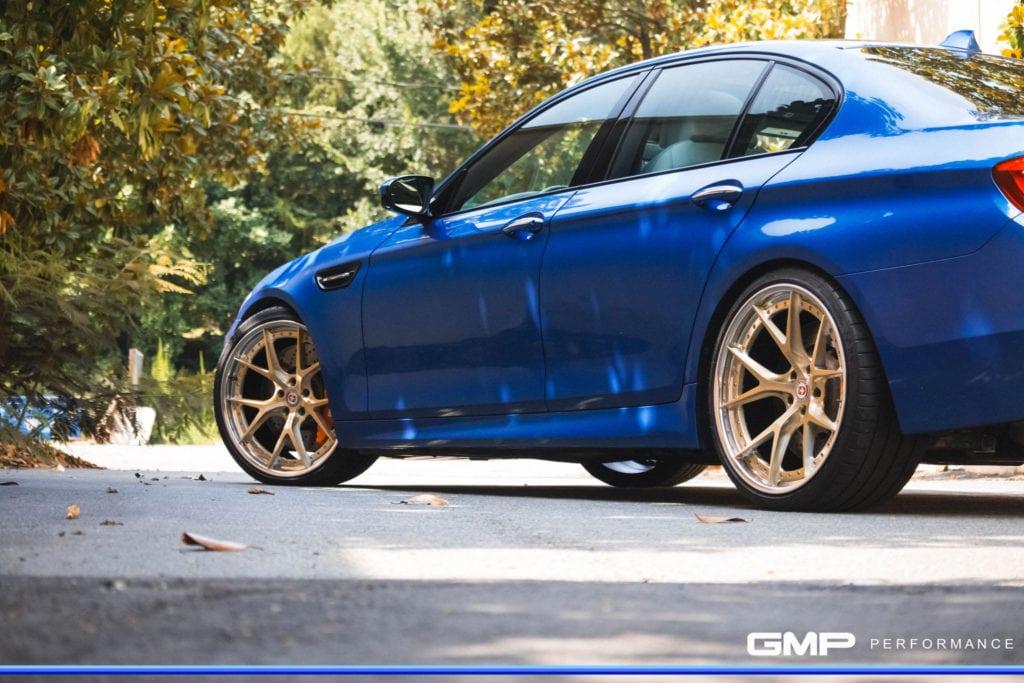 BMW M5 в оттенке Monte Carlo Blue встает на новые колеса с литыми дисками HRE S101