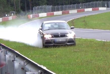 При прохождении скоростного поворота на Нордшляйфе водитель этого BMW 135i потерял контроль, и автомобиль занесло до удара в заграждение.
