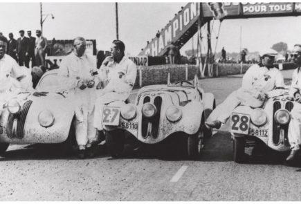 Тремя месяцами позднее, в июне, те же три328-ых Родстера под номерами #26, #27 и #28 прибыли к финишу на первых трех позициях и в Ле-Мане, в классе 2.0 литра.BMW, казалось, был на вершине мира в то время, и его 328 Родстер быстро стал легендой